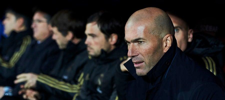 Zinedine Zidane, en el banquillo de Ipurúa