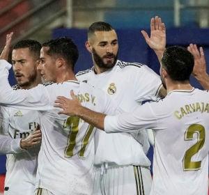 Los jugadores del Real Madrid se abrazan para celebrar un gol
