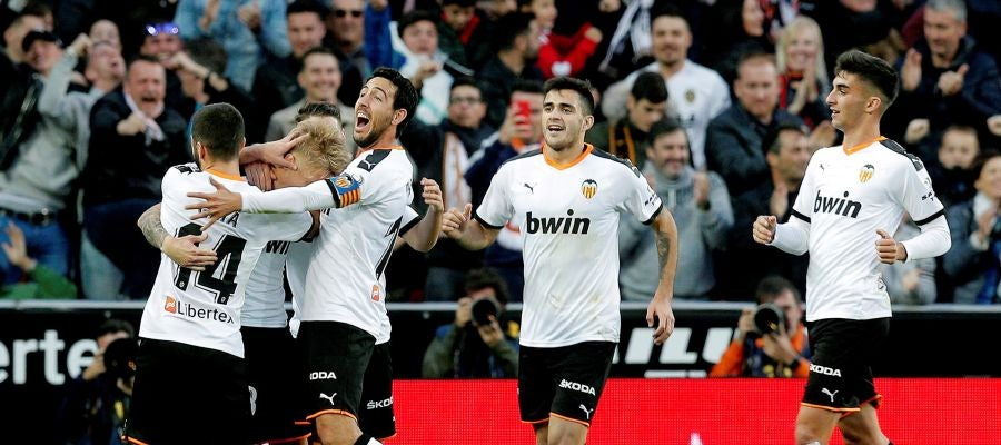 Los futbolistas del Valencia celebran uno de los goles del equipo che