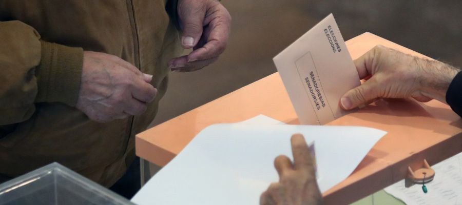 Un ciudadano deposita su voto en un colegio electoral