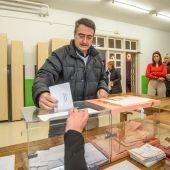 Aitor Esteban, del PNV, vota en su colegio electoral