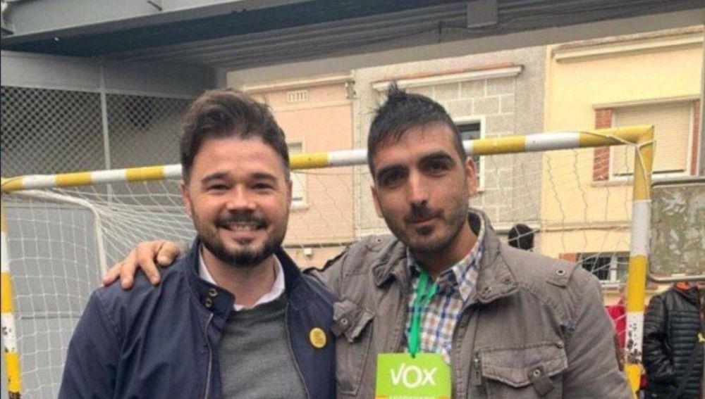 Gabriel Rufián con un apoderado de Vox