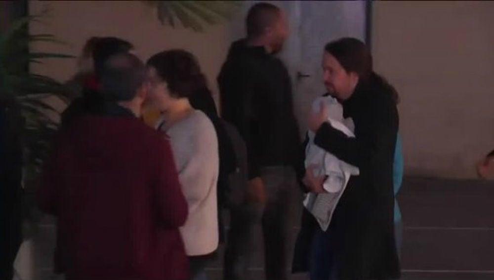 Pablo Iglesias llega a la sede de Unidas Podemos con su bebé en brazos.