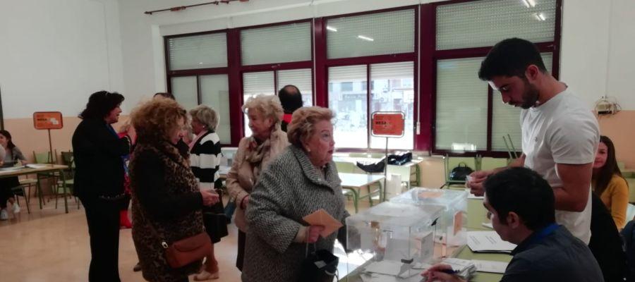 Ciudadanos votando en Elche en las elecciones generales.