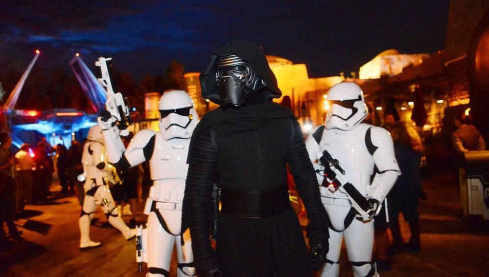 Varios fans de Star Wars en una convención de la saga