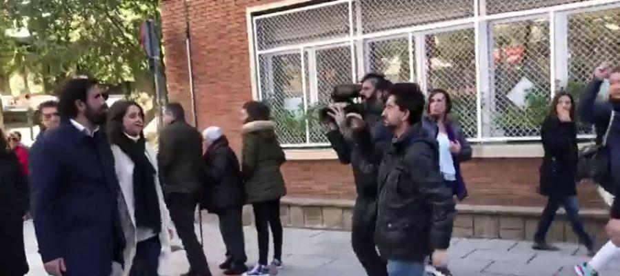 """Increpan a Inés Arrimadas en su colegio electoral: """"Fascista, dejadnos tranquilos"""""""