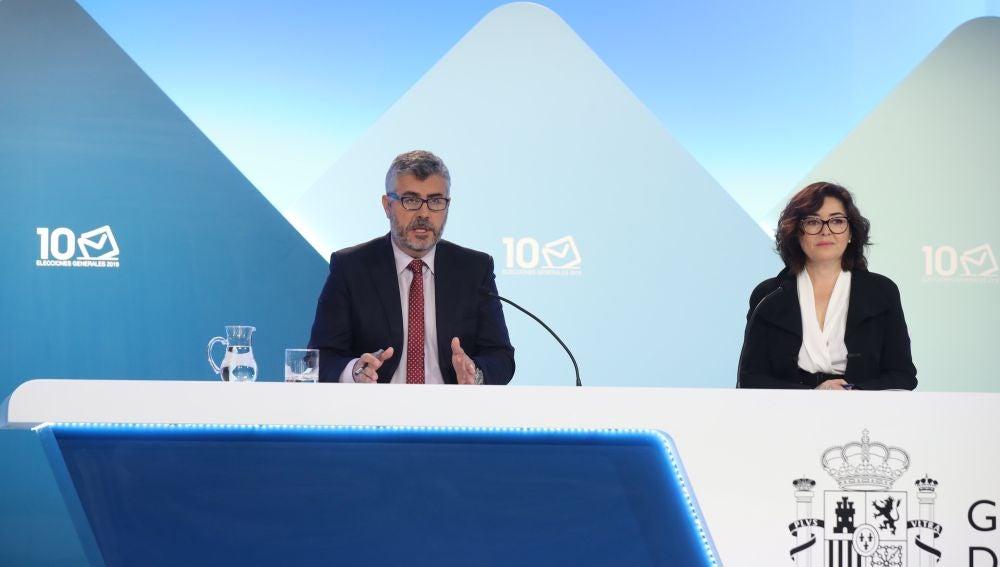El secretario de Estado de Comunicación, Miguel Ángel Oliver; y la subsecretaria del Ministerio del Interior, Isabel Goicoechea