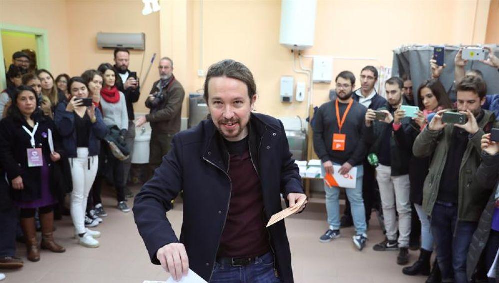 El líder de Podemos, Pablo Iglesias, ejerce su derecho al voto