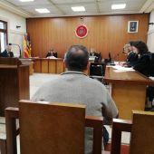 El vecino de Andratx acusado por el incendio que arrasó la Serra de Tramuntana en 2013, sentado en el banquillo de los acusados.