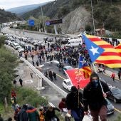 Manifestantes cortan la autopista AP-7 en el punto fronterizo de La Jonquera