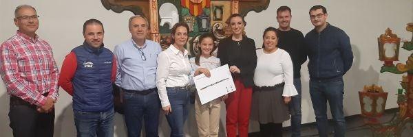 Imagen de la ganadora junto con el jurado.