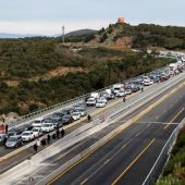 La autopista que enlaza España y Francia en el paso de La Jonquera, la vía principal de conexión entre ambos países por carretera