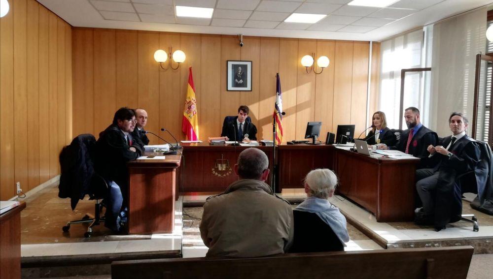 La acusada por el atropello mortal de Paula Fornés, y a su lado, su marido, propietario del vehículo que conducía la noche del accidente, en el juicio en Palma