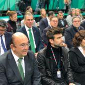 Gerard Piqué rodeado de políticos durante la presentación de la Copa Davis, entre ellos, Javier Ortega Smith, secretario general de VOX