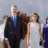 Los Reyes en la ceremonia de bienvenida en Cuba