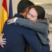 El presidente del Gobierno español en funciones, el socialista Pedro Sánchez, iz., y el líder de Unidas Podemos, Pablo Iglesias,d., se abrazan en el Congreso de los Diputados. EFE Paco Campos_643x397