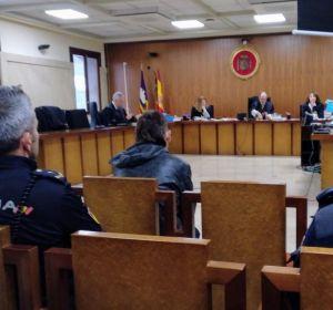 El joven, sentado en el banquillo de los acusados, tras ser condenado a seis años de cárcel por prender fuego la casa donde vivía como okupa en Son Gotleu(Palma).