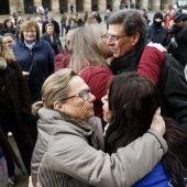 Juan Carlos Quer y su hija Valeria reciben el cariño de los centenares de personas que celebraron un minuto de silencio en memoria de Diana Quer