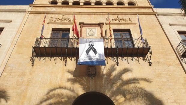 Banderola en la fachada del Ayuntamiento de Elche.