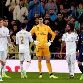 Los jugadores del Real Madrid se lamentan tras un tanto del PSG