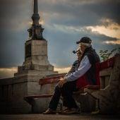 Una pareja de abuelos en un banco
