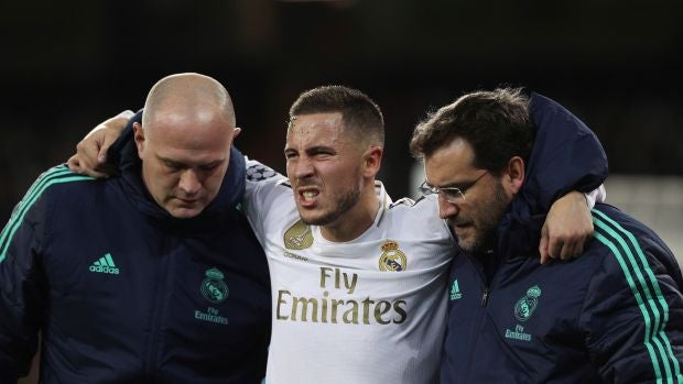 Eden Hazard, en el momento de ser retirado del partido ante el PSG