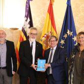 El presidente del Parlament, Vicenç Thomas, recibe en audiencia al presidente del Consell Econòmic i Social de les Illes Balears, Carles Manera, y al equipo del CES.