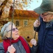 Una pareja de abuelos en un columpio