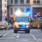 Servicios médicos en el lugar del incidente en el puente del Londres