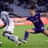 El delantero danés-sursudanés del Celta Pione Sixto (i) intenta escaparse de Javier Moyano (d), defensa del Valladolid, durante el partido de la jornada 15 de LaLiga Santander.