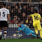 Cillessen detiene un penalti a Gerard Moreno