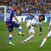 Aleix Vidal disputa un balón con Marcelo