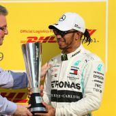 Hamilton recibe el trofeo como ganador del GP de Abu Dhabi