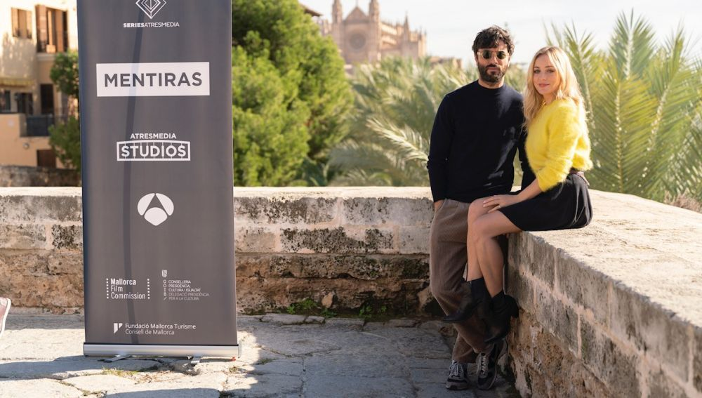Javier Rey y Ángela Cremonte en la serie 'Mentiras', rodada en Mallorca.