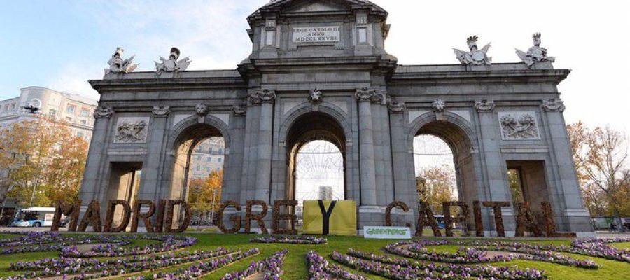 Greenpeace cambia el lema de la Puerta de Alcalá
