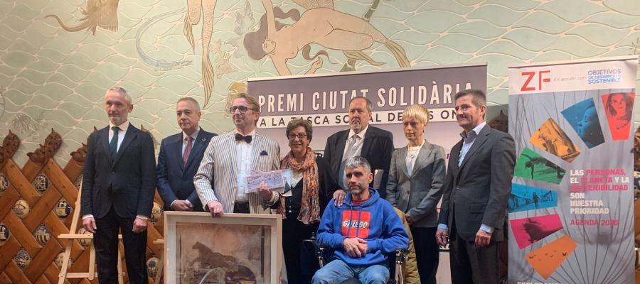 Els guanyadors del Premi Ciutat Solidària 2019 acompanyats pel director d'Atresmedia Radio, Ramón Osorio; el delegat especial del Consorci de la Zona Franca de Barcelona, Pere Navarro; la directora de la xarxa de Rodalies de Catalunya, Mayte Castillo i el director d'Onda Cero Catalunya, Francesc Robert
