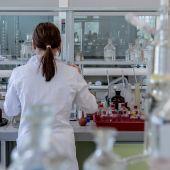 mujer en el laboratorio