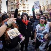 La plaza del Ayuntamiento de Pamplona llena de mujeres con los ojos vendados y pañuelos morados y verdes, para replicar el flashmob 'El violador eres tú'