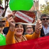 Vox concentra a decenas de personas ante la explanada del Parlamento andaluz en Sevilla, en un acto en el que se han repartido paquetes de chorizo en lonchas con la etiqueta #psoevenidypagad