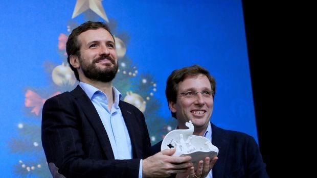 Pablo Casado y José Luis Martínez-Almeida durante la comida de Navidad del PP de Madrid