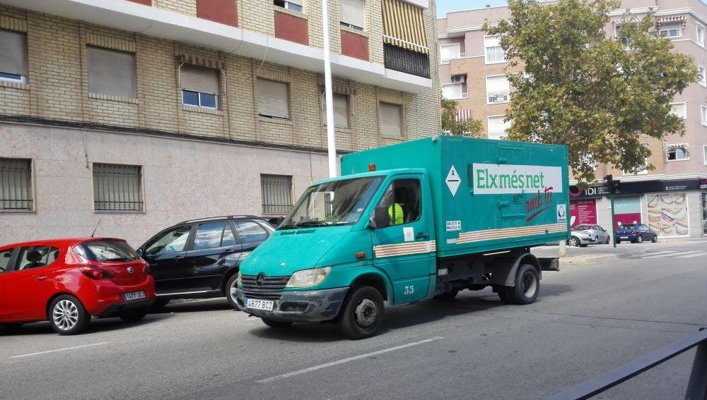 Vehículo del servicio de limpieza de Urbaser en Elche.