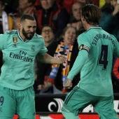 Karim Benzema celebra un gol con Sergio Ramos