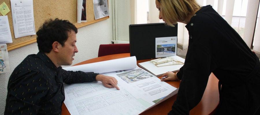 El concejal Francesc Mezquita, presentando el proyecto a la dirección del centro.