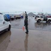 Agentes de la Guardia Civil controlan el acceso al puerto de Santoña