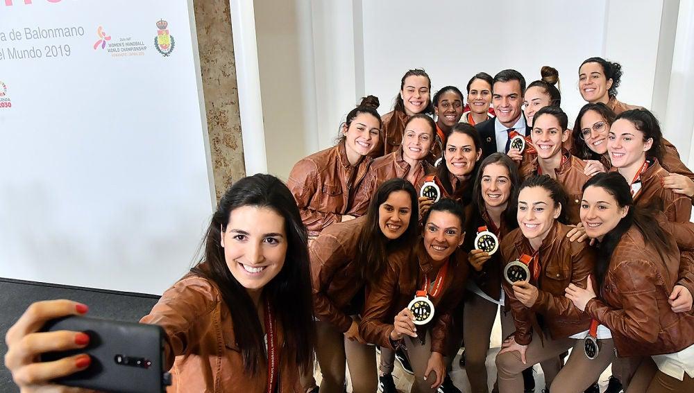 La santapolera Lara González realiza un selfie a las Guerreras, con Jennifer Gutiérrez en el centro, con la presencia de Pedro Sánchez, presidente del Gobierno en funciones.