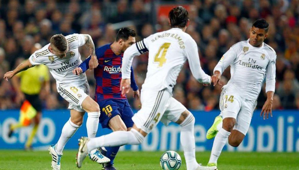 Messi encara a varios rivales en el Clásico del Camp Nou