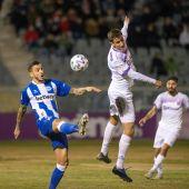 """El delantero del Alavés Joselu (iz) disputa la pelota con el jugador del Real Jaén Javier Gutiérrez """"Javilillo"""""""
