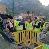 Las autoridades visitan las obras de demolición de un tramo de carretera.