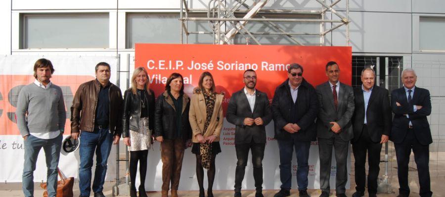 L´alcalde José Benlloch i la regidora d´Educació, Aida Beteta junt amb els arquitectes i tècnics de l´Ajuntament durant la visita al centre.