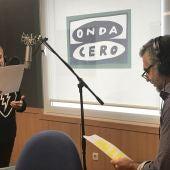 Blanca Portillo, durante la grabación de la ficción sonora con Carlos Alsina